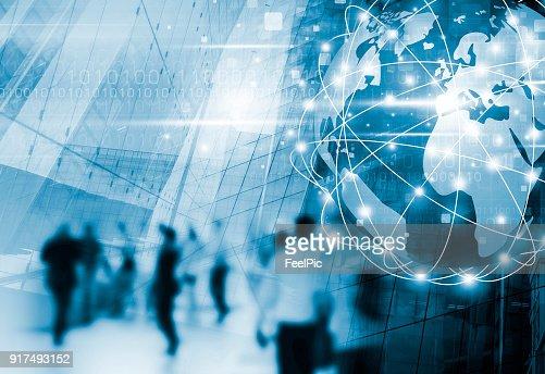 디지털 글로벌 비즈니스 네트워크 연결 및 기술 설계와 도시에서 걷는 사람들 : 스톡 사진