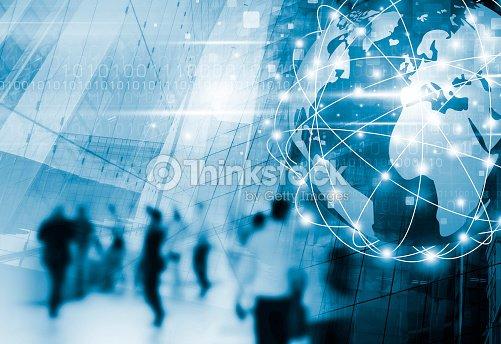 デジタル ・ グローバル ビジネス ネットワーク接続および技術設計、街を歩いて人々 : ストックフォト