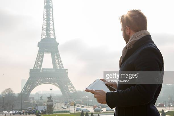 Digital tablet vicino alla Torre Eiffel-Parigi