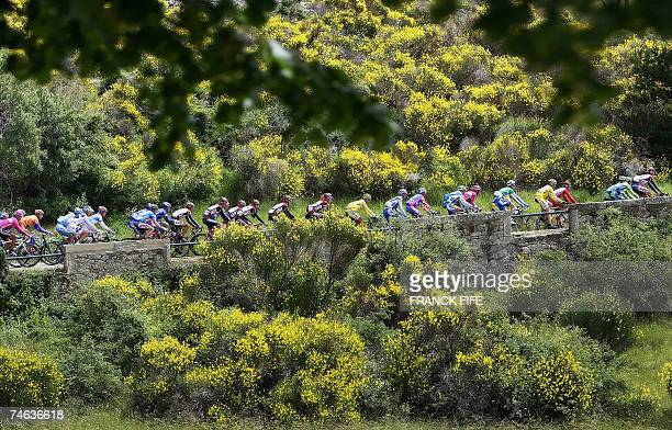 Cyclists compete during the 5th stage of the 60th Dauphine Libere cycling race between Nyons and DigneLesBains 15 June 2007 in DigneLesBains Spain's...