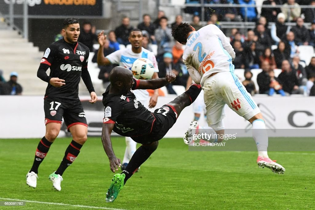Dijon's Cap Verde forward Julio Tavares (L) fights for the ball with Marseille's Japanese defender Hiroki Sakai (R) during the French L1 football match Olympique of Marseille (OM) vs Dijon Football Cote-d'or (DFCO) at the Velodrome stadium in Marseille on April 1, 2017. /