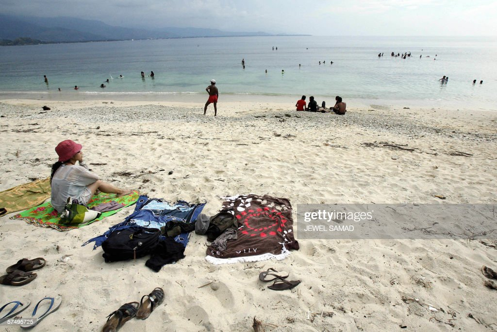 TO GO WITH STORY 'TIMORECONOMYTOURISM' Tourists enjoy their time at a beach in the East Timorese capital of Dili 09 April 2006 'Guerrilla' tours...