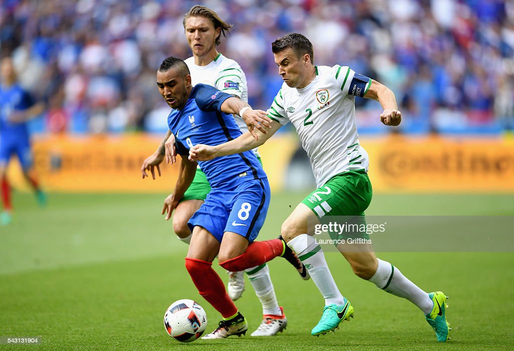 <a gi-track='captionPersonalityLinkClicked' href=/galleries/search?phrase=Dimitri+Payet&family=editorial&specificpeople=2137146 ng-click='$event.stopPropagation()'>Dimitri Payet</a> (C) of France competes for the ball against <a gi-track='captionPersonalityLinkClicked' href=/galleries/search?phrase=Jeff+Hendrick+-+Soccer+Player&family=editorial&specificpeople=15923342 ng-click='$event.stopPropagation()'>Jeff Hendrick</a> (L) and <a gi-track='captionPersonalityLinkClicked' href=/galleries/search?phrase=Seamus+Coleman&family=editorial&specificpeople=6005260 ng-click='$event.stopPropagation()'>Seamus Coleman</a> (R) of Republic of Ireland during the UEFA EURO 2016 round of 16 match between France and Republic of Ireland at Stade des Lumieres on June 26, 2016 in Lyon, France.