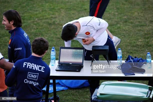 Dimitri YACHVILI regardant leurs performance sur l'ordinateur du staff medical Entrainement de l'Equipe de France Centre National du Rugby Marcoussis