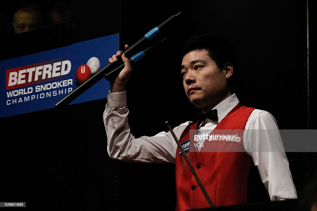 <a gi-track='captionPersonalityLinkClicked' href=/galleries/search?phrase=Ding+Junhui&family=editorial&specificpeople=214712 ng-click='$event.stopPropagation()'>Ding Junhui</a> of China waves in the final match against Mark Selby of England on day sixteen of Betfred World Championship 2016 at The Crucible Theatre on May 1, 2016 in Sheffield, England.