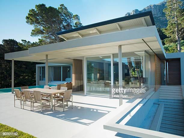 Dîner sur la terrasse d'un mobilier moderne comme à la maison