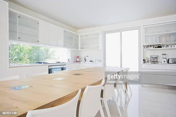 ダイニングテーブル、モダンなホワイトキッチン