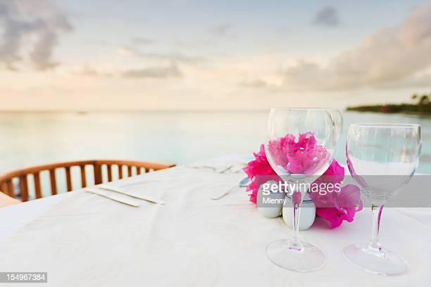 ディナーテーブルでの贅沢なホリデーリゾートのビーチ