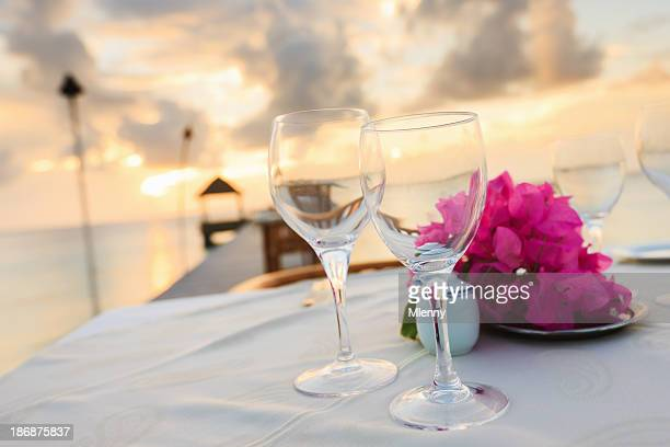 Mesa de Jantar na praia ao pôr do sol férias Resort de luxo