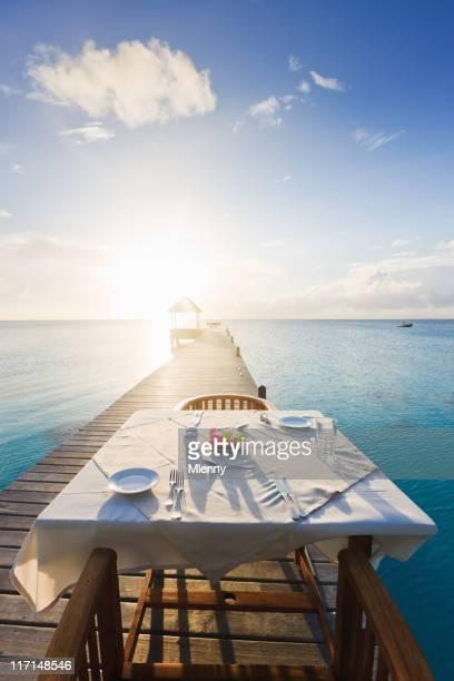 Abendessen bei Sonnenuntergang Luxus-Urlaubsort
