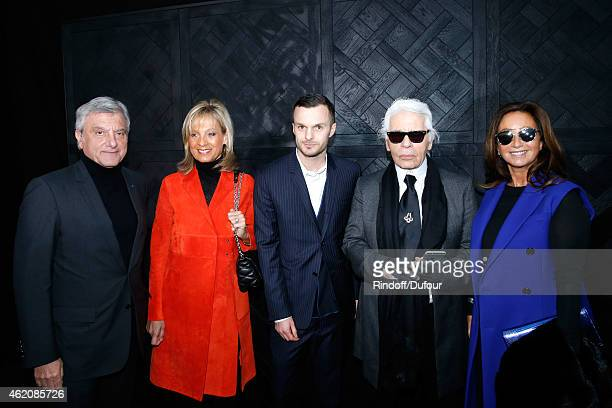 CEO Dior Sidney Toledano Helene Arnault Fashion designer Kris Van Assche Fashion Designer Karl Lagerfeld and Katia Toledano pose backstage after the...
