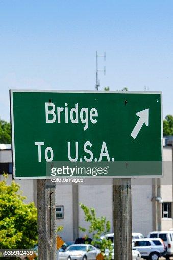 Sinal de direção-Ponte para EUA. : Foto de stock