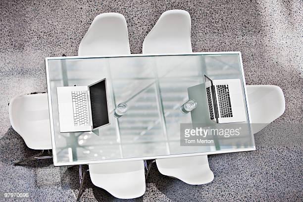 ノートパソコンを直接のミーティング用テーブル