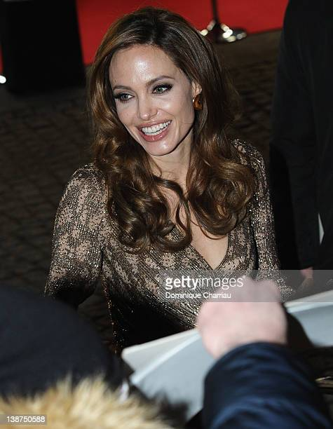 Directo Angelina Jolie signs autographs as she attends the 'In The Land Of Blood And Honey' Premiere during day three of the 62nd Berlin...