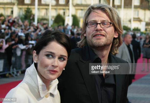 US director Andrew Dominik and his wife US actress Robin Tunney pose as they arrive to attend the premiere for ' The Assassination Of Jesse James '...
