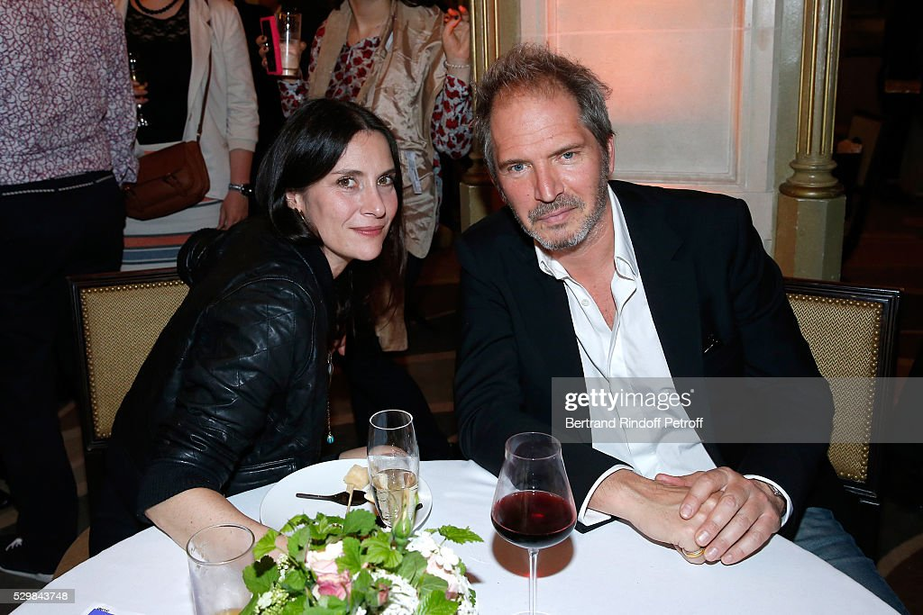 Director Christopher Thompson (R) with his wife actress Geraldine Pailhas attend the dinner following the 'Empires' exhibition of Huang Yong Ping as part of Monumenta 2016 - Opening at Le Grand Palais. Held at Pavillon Ledoyen on May 9, 2016 in Paris, France.