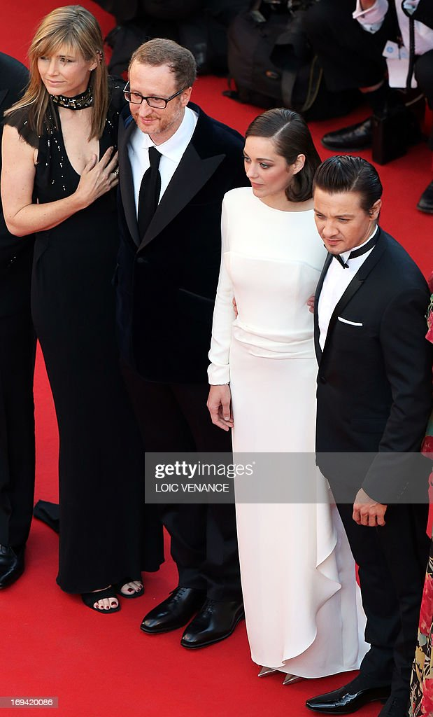 US director James Gray (2ndL) and his wife Alexandra Dickson, French actress Marion Cotillard and US actor Jeremy Renner pose on May 24, 2013 as they arrive for the screening of the film 'The Immigrant' presented in Competition at the 66th edition of the Cannes Film Festival in Cannes. Cannes, one of the world's top film festivals, opened on May 15 and will climax on May 26 with awards selected by a jury headed this year by Hollywood legend Steven Spielberg. AFP PHOTO / LOIC VENANCE