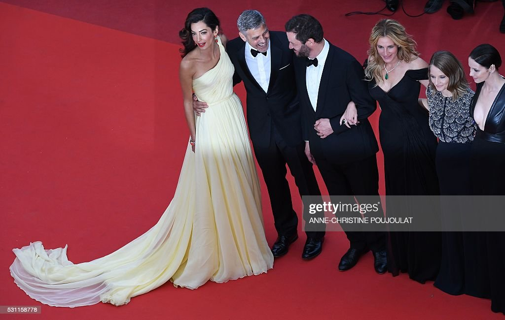 US director Jodie Foster (2ndR) poses on May 12, 2016 with (fromR) Irish actress Caitriona Balfe, US actress Julia Roberts, British actor Dominic West, US actor George Clooney and his wife, British-Lebanese lawyer Amal Clooney as they arrive for the screening of the film 'Money Monster' at the 69th Cannes Film Festival in Cannes, southern France. / AFP / ANNE