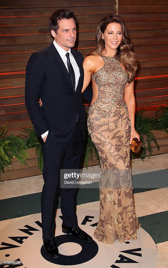 Director Len Wiseman (L) and wife actress Kate Beckinsale attend the 2014 Vanity Fair Oscar Party hosted by Graydon Carter on March 2, 2014 in West Hollywood, California.
