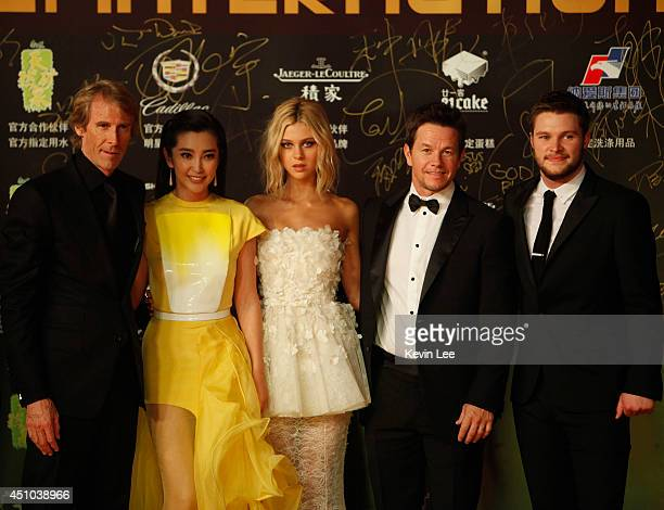 Director Michael Bay Li Bingbing Nicola Peltz Mark Wahlberg and Jack Reynor poses for a picture at the Shanghai premiere of 'Transformers' on June 22...