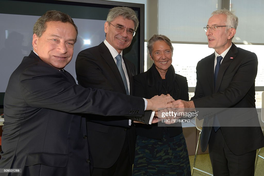 Director of French Railway Infrastructure (RFF) Jacques Rapoport, Siemens AG CEO Joe Kaeser, Head of French public transport group RATP, Elisabeth Borne and Head of French state-owned railway company SNCF Guillaume Pepy attend the signing of the NExTeo contract at the SNCF headquarters in La Plaine-Saint-Denis on February 10, 2016. / AFP / ERIC PIERMONT