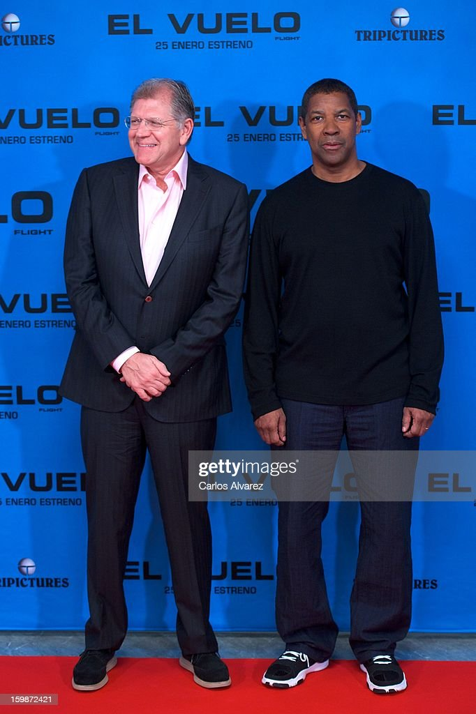Director <a gi-track='captionPersonalityLinkClicked' href=/galleries/search?phrase=Robert+Zemeckis&family=editorial&specificpeople=211550 ng-click='$event.stopPropagation()'>Robert Zemeckis</a> (L) and actor <a gi-track='captionPersonalityLinkClicked' href=/galleries/search?phrase=Denzel+Washington&family=editorial&specificpeople=171332 ng-click='$event.stopPropagation()'>Denzel Washington</a> (R) attend the 'Flight' (El Vuelo) photocall at the Villamagna Hotel on January 22, 2013 in Madrid, Spain.