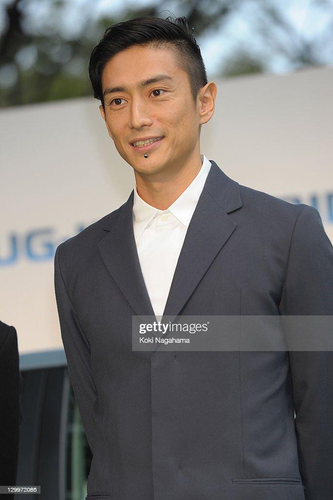 Director Yusuke Iseya poses on the green carpet during the Tokyo International Film Festival Opening Ceremony at Roppongi Hills on October 22, 2011 in Tokyo, Japan.