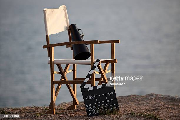 Regiestuhl im Freien mit Megafon und Filmklappe.