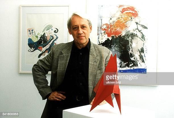 Direktor des Neuen Berliner KunstvereinPorträt vor Gemälden von Petra Seelenmeyer 'Landschaften' und FredThieler 'Ohne Titel' neben einer Skulptur...