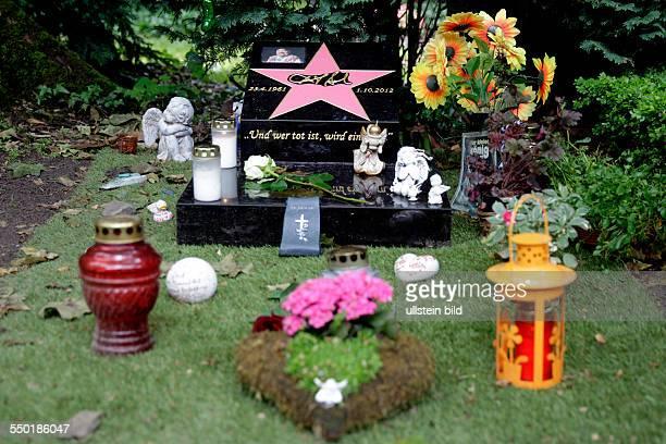 Dirk Bach Grabstätte auf dem kölner Melatenfriedhof mit einem neuen Grabstein mit der Aufschrift 'Und wer tot ist wird ein Stern' Diesen Text hätte...