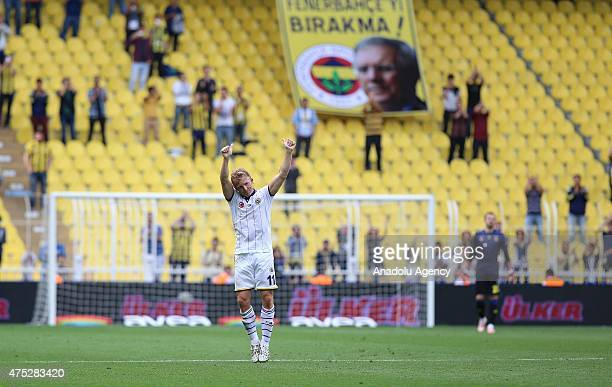 Dirk Kuyt of Fenerbahce greets the audience after the Turkish Spor Toto Super League football match between Fenerbahce and Kasimpasa at Sukru...