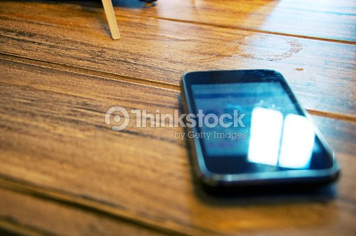 dirty escritorio en un bar con móvil en el : Foto de stock
