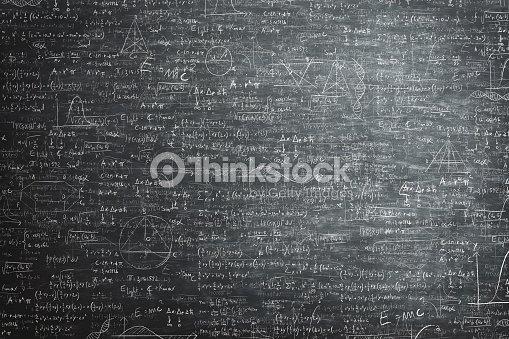 pizarra de grunge sucio lleno de fórmula y problemas matemáticos : Foto de stock
