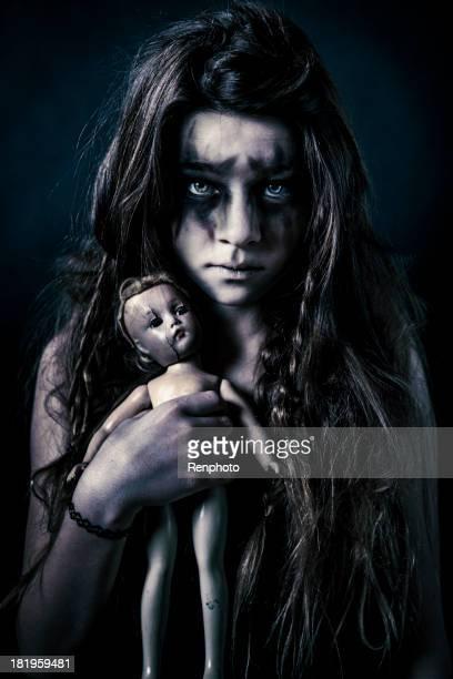 Dirty kleines Mädchen hält gruselig Doll