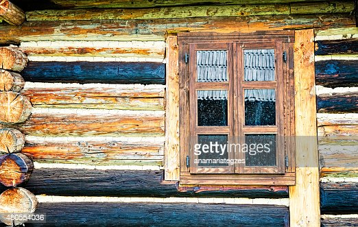 Dirty ventana de una cabaña de madera : Foto de stock