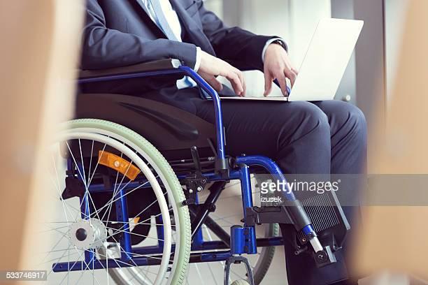 Personnes handicapées Homme d'affaires, assis dans un fauteuil roulant