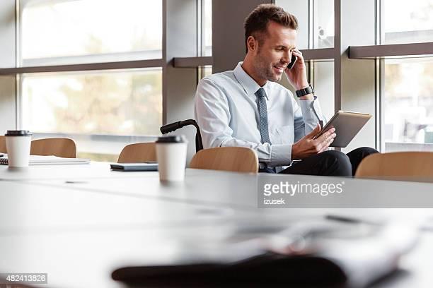 無効のビジネスマンオフィスで働く