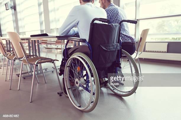 Personnes handicapées Homme d'affaires travaillant avec son collègue dans un bureau