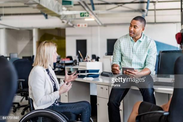 Femme d'affaires handicapé, partager des idées avec collègue