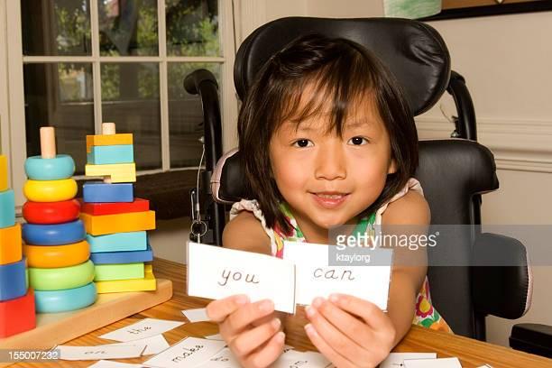 Menina com deficiência dá inspiradora vista de palavras