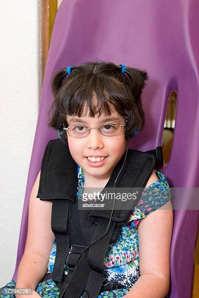 Fille dans des sièges pour les personnes à mobilité réduite