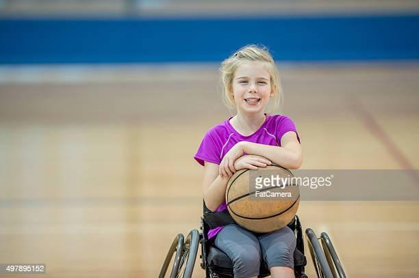 Behinderte Mädchen spielen Basketball
