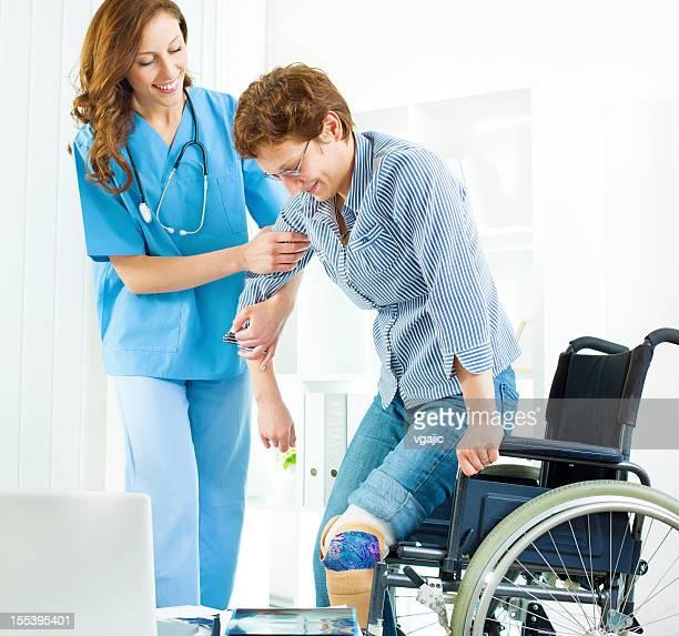 Behinderte Frau in Arzt-Büro.