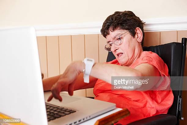 Behinderte Frau arbeitet auf laptop