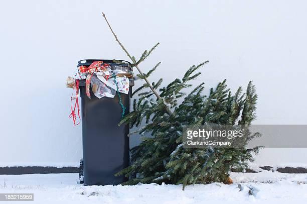 廃棄されるクリスマスツリーウェイティング収集する