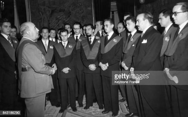 Discours du Général Franco devant des étudiants du Collège Royal NotreDame de Guadalupe au Palais du Pardo circa 1950 en Espagne