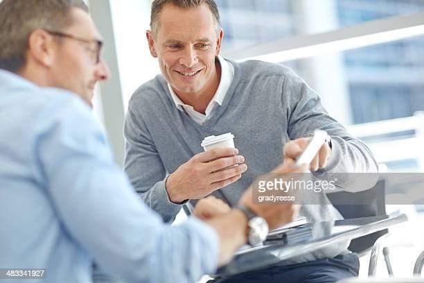 Negocios discutiendo las ideas y propuestas juntos