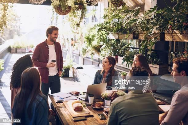 Ideen zu diskutieren, während des Mittagessens