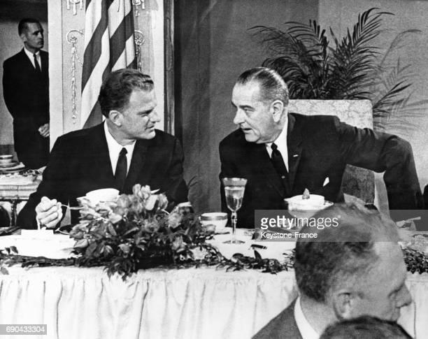 Discussion entre le prédicateur télévangéliste Billy Graham et le président américain Lyndon B Johnson à l'occasion d'un petit déjeuner à Washington...