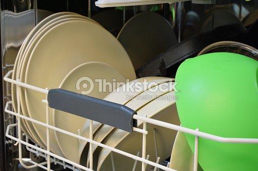 vaisselle propre apr s le lavage au lavevaisselle photo thinkstock. Black Bedroom Furniture Sets. Home Design Ideas